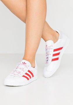 adidas Originals - GAZELLE - Baskets basses - footwear white/lush red/crystal white