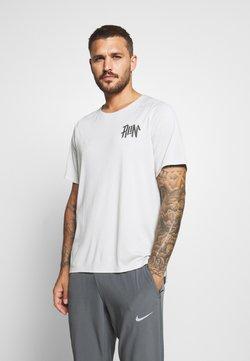 Nike Performance - RISE - Camiseta estampada - light bone/reflective silver