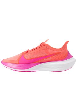 Nike Performance - ZOOM GRAVITY - Zapatillas de running neutras - magic ember/fire pink/team orange