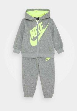 Nike Sportswear - SUEDED FUTURA JOGGER SET - Survêtement - dark grey heather