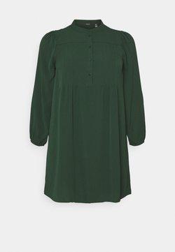 Vero Moda Curve - VMSAGA PLEAT SHORT DRESS  - Freizeitkleid - pine grove