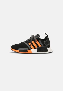 adidas Originals - NMD_R1 BOOST SHOES - Matalavartiset tennarit - core black/screaming orange/grey five