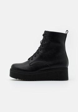 Koi Footwear - VEGAN TETSU - Plateaustiefelette - black