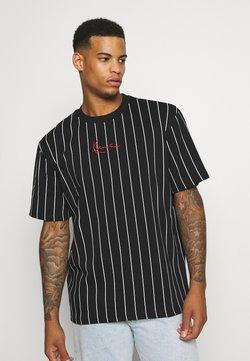 Karl Kani - SMALL SIGNATURE PINSTRIPE TEE UNISEX - T-Shirt print - black/white