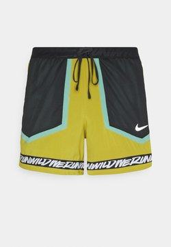 Nike Performance - STRIDE - Pantalón corto de deporte - tent/healing jade /black