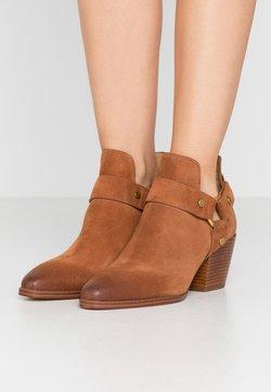 MICHAEL Michael Kors - PAMELA - Ankle boot - luggage