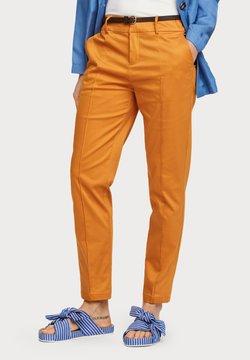 Scotch & Soda - REGULAR FIT WITH STITCHED PLEAT - Chinot - orange dusk