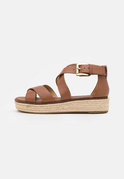 MICHAEL Michael Kors - DARBY - Korkeakorkoiset sandaalit - luggage