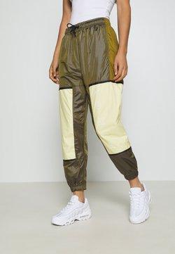 Nike Sportswear - WVN ARCHIVE RMX - Jogginghose - olive flak/tea tree mist/white