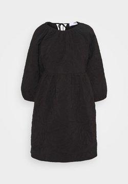 Selected Femme Petite - SLFKVIST  QUILTED DRESS - Vestido informal - black