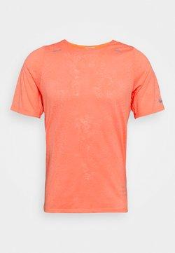 Nike Performance - Camiseta estampada - bright mango/white/reflective silver