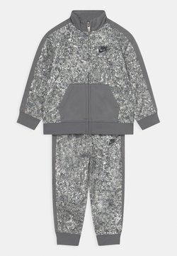 Nike Sportswear - DIGI CONFETTI SET UNISEX - Verryttelytakki - light smoke gray