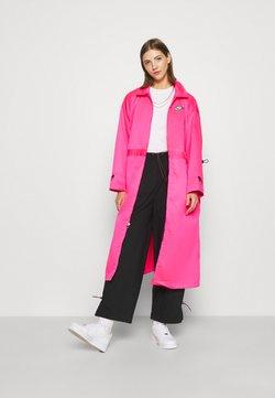 Nike Sportswear - W NSW ICN CLSH LNG JKT SATIN - Leichte Jacke - hyper pink