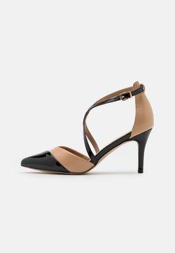 Wallis - CURLY - Tacones - camel/black