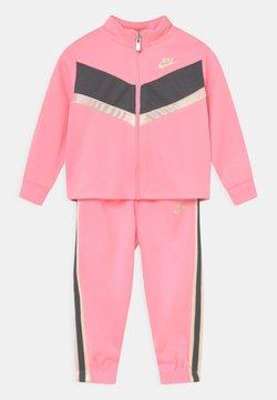 Nike Sportswear - GO FOR GOLD SET - Chaqueta de entrenamiento - arctic punch