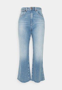 Wrangler - MOM KICK FLARE - Jeans a zampa - sunkiss