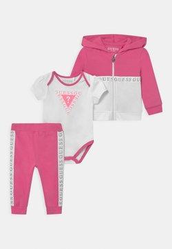 Guess - TAKE ME HOME SET - Geschenk zur Geburt - pop pink