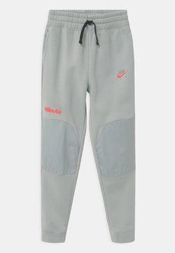 Nike Sportswear - AIR - Jogginghose - light smoke grey/bright crimson