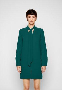 Victoria Victoria Beckham - BANANA SLEEVE SHIFT DRESS - Juhlamekko - emerald green