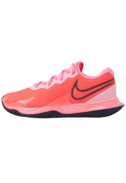 Nike Performance - COURT AIR ZOOM VAPOR CAGE 4 CLAY - Tennisschuh für Sandplätze - laser crimson/blackened blue/pink