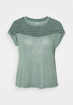 ONLY Petite - ONLNEW RIE MIX - Camiseta estampada - chinois green