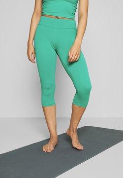Curare Yogawear - CAPRI HIGH WAIST LEGGINGS - Pantalón 3/4 de deporte - green lagoon