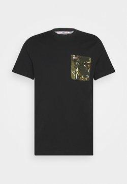 Tommy Jeans - POCKET TEE - Printtipaita - black/camo