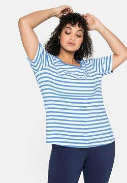 Sheego - T-Shirt print - jeansblau-weiß