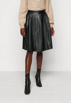 Selected Femme Tall - JOSE PLISSE LEATHER SKIRT  - Skinnkjol - black