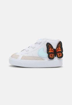 Nike Sportswear - BLAZER MID CRIB SE - Chaussures premiers pas - white/glacier blue/total orange/black