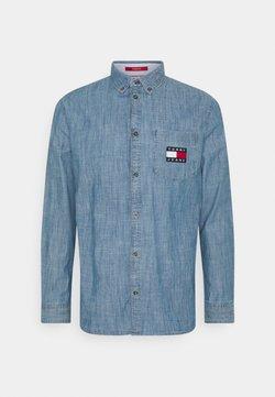 Tommy Jeans - CHAMBRAY BADGE SHIRT - Camicia - mid indigo/true blue