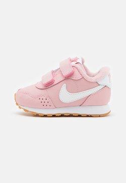 Nike Sportswear - VALIANT UNISEX - Sneaker low - pink glaze/white/light brown/obsidian