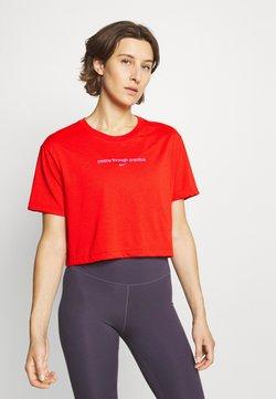 Nike Performance - CROP YOGA - Print T-shirt - chile red