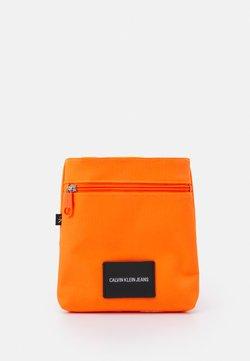 Calvin Klein Jeans - MICRO FLATPACK UNISEX - Sac bandoulière - vivid orange
