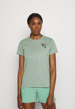 Under Armour - RUN ANYWHERE SHORT SLEEVE - T-shirt z nadrukiem - green