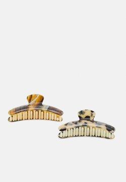 Pieces - PCABBI HAIR SHARK KEY 2 PACK - Haaraccessoire - almond buff