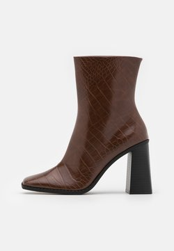 Monki - VEGAN ROBBIE BOOT - Enkellaarsjes met hoge hak - brown medium dusty