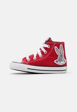 Converse - CHUCK TAYLOR ALL STAR BUGS BUNNY 80TH VARSITY PATCH UNISEX - Korkeavartiset tennarit - red/white/black
