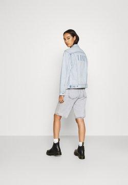 Levi's® - BOYFRIEND TRUCKER  - Veste en jean - serif