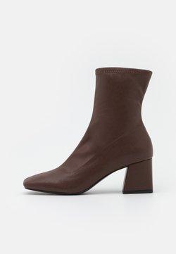 Monki - VEGAN LEIA BOOT - Korte laarzen - brown