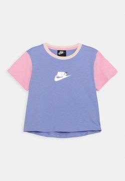 Nike Sportswear - CROP - T-Shirt print - light thistle/pink/orange pearl