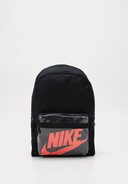 Nike Sportswear - HERITAGE 2.0 - Reppu - black/laser crimson