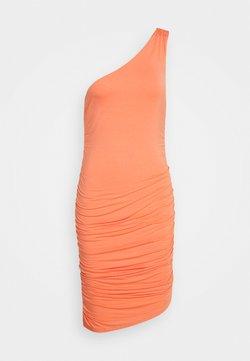 Lost Ink - ONE SHOULDER RUCHED BODYCON MINI DRESS - Vestido informal - coral