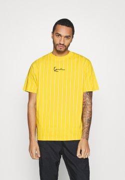 Karl Kani - SMALL SIGNATURE PINSTRIPE TEE UNISEX - T-Shirt print - yellow/white