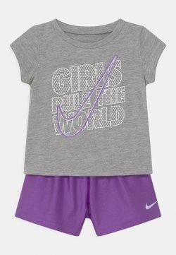 Nike Sportswear - PRACTICE PERFECT SET - Camiseta estampada - wildberry