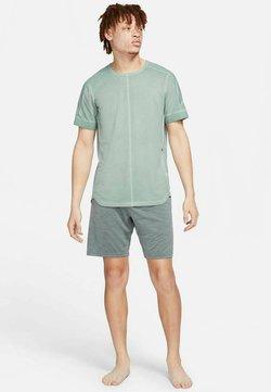 Nike Performance - HERREN YOGA KURZARM - T-Shirt basic - grün