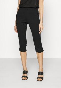 Vero Moda - VMLEXIE CAPRI PANT - Shortsit - black