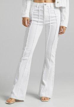 Bershka - MIT FRANSEN  - Jeans Bootcut - white