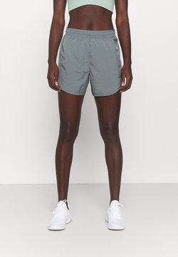 Nike Performance - TEMPO LUXE SHORT  - kurze Sporthose - smoke grey/silver