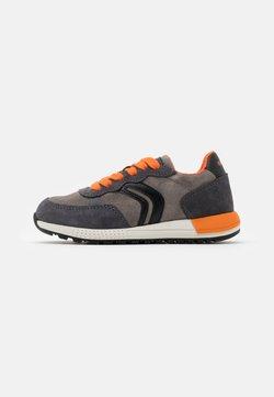 Geox - ALBEN BOY - Sneakers laag - grey/orange